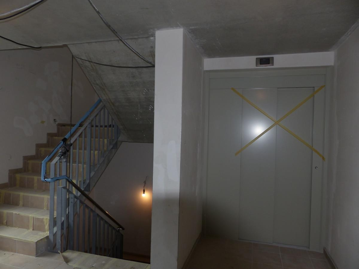 Treppenhaus und Aufzug